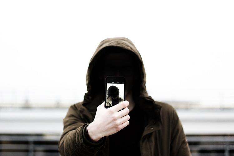 Эксперт объяснила, эффективно ли заклеивать камеры для защиты от хакеров