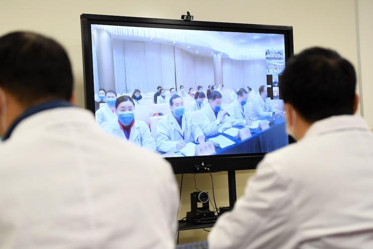 Жена главврача больницы в Ухане заявила, что он скончался от коронавируса сегодня утром