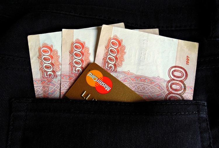 Московский таксист похитил с банковской карты пассажира почти полмиллиона рублей