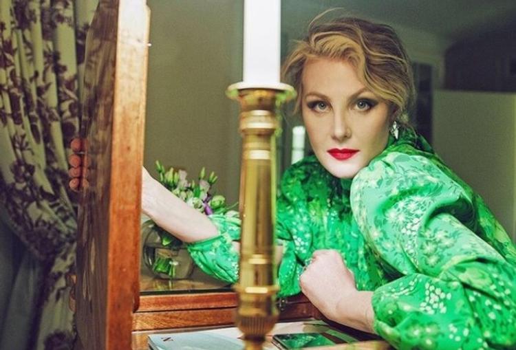 Рената Литвинова в красном платье на диване удивила поклонников