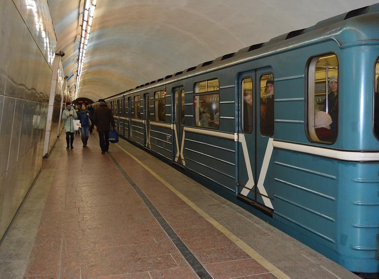 На Сокольнической линии московского метро пассажир упал на пути