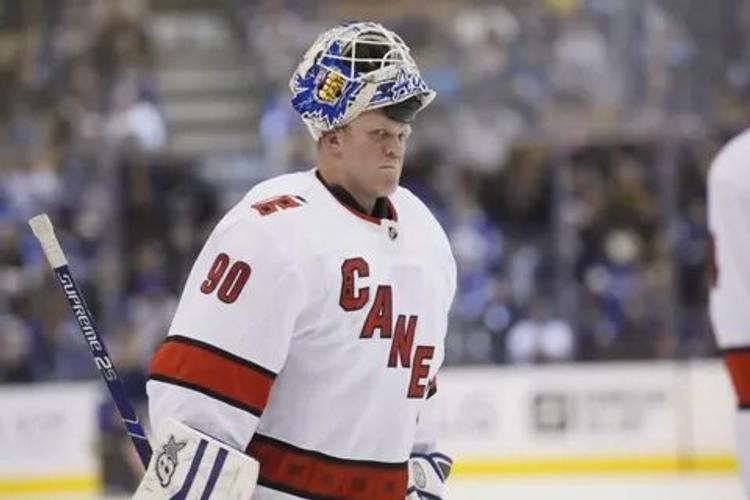 Простой рабочий - заливщик льда защитил ворота и стал главной звездой дня НХЛ