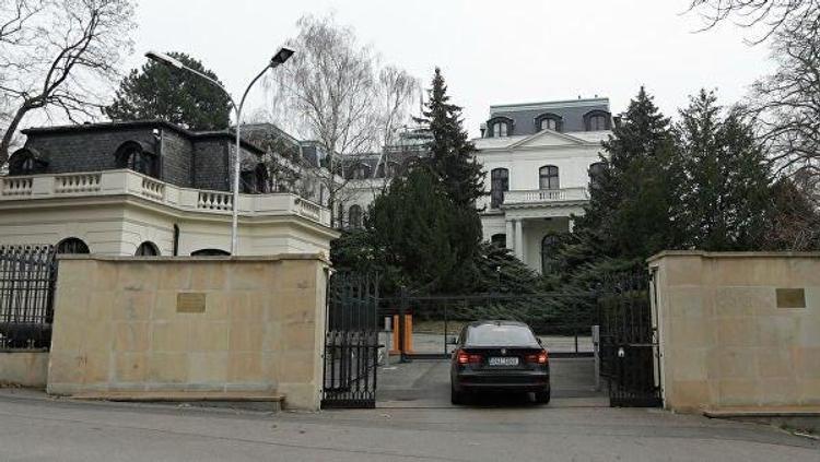 Власти Праги все-таки решили назвать площадь рядом с посольством России именем Немцова