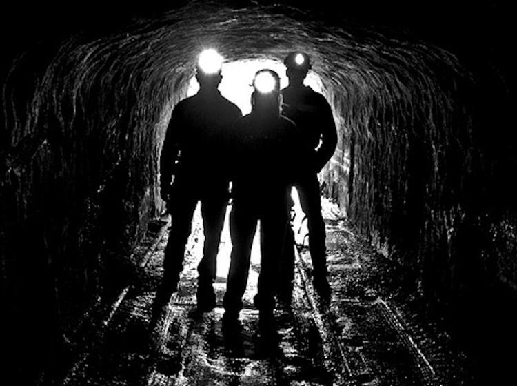Зеленский поручил до мая погасить долги по зарплате шахтерам и пригрозил оставить чиновников без денег