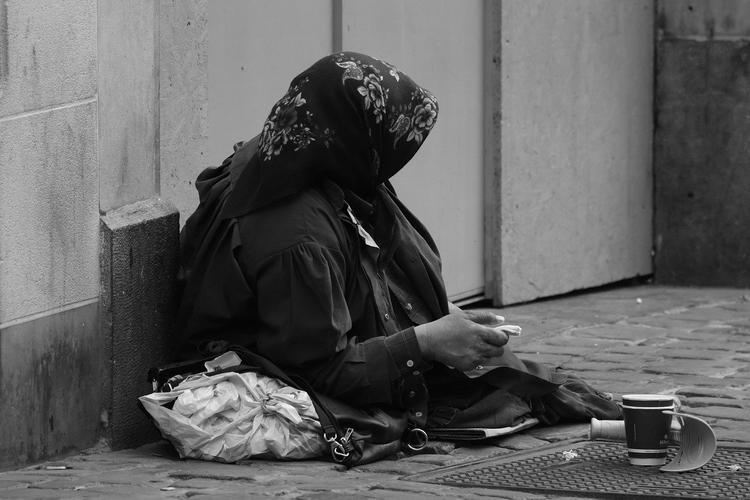Почему не стоит давать деньги тем, кто попрошайничает на улице?