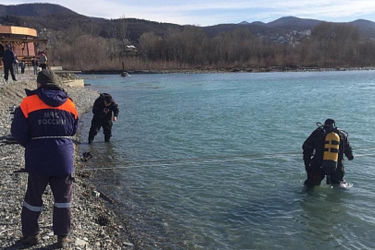 В Сочи к поиску унесенных в море школьников подключили водолазов