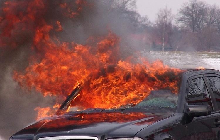 В Невском районе Петербурга после ДТП почти полностью выгорел автомобиль