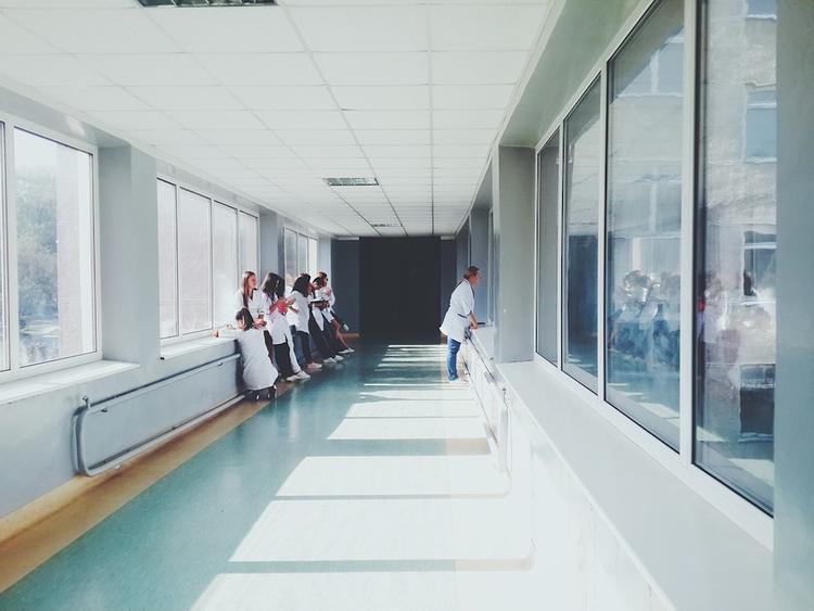 У больницы в Минске, где находится зараженный коронавирусом, дежурит МЧС