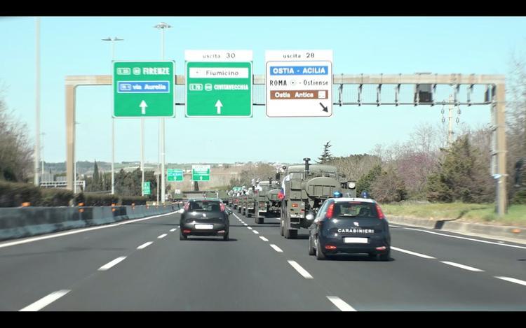 Моторизованная колонна армии РФ продвигается по шоссе в районе Бергамо