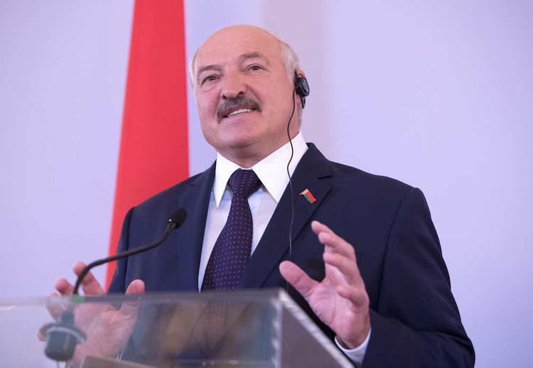 В Беларуси Лукашенко решил не вводить в стране никаких мер по борьбе с эпидемией, а спасаться работой, баней и водкой