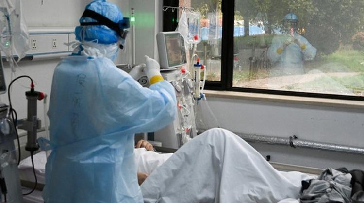 Это  миф, что коронавирус протекает тяжело только у пожилых людей. Почти 40% пациентов на ИВЛ в Москве моложе 40 лет