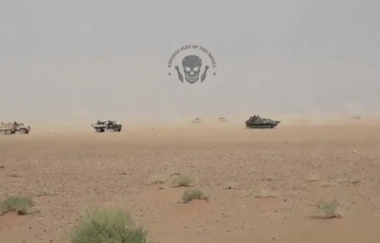 В сеть попало видео масштабного движения военной техники в песках