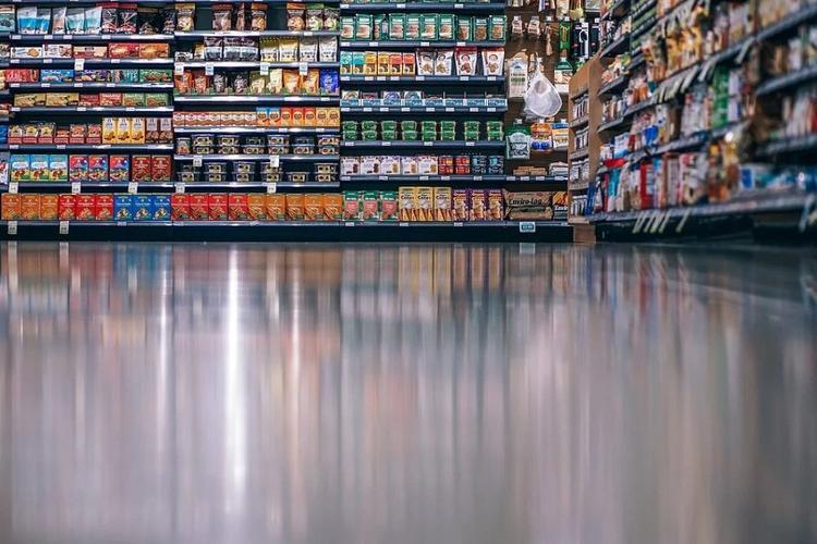 Минпромторг рекомендовал регионам открыть рынки и разрешить населению посещать гипермаркеты