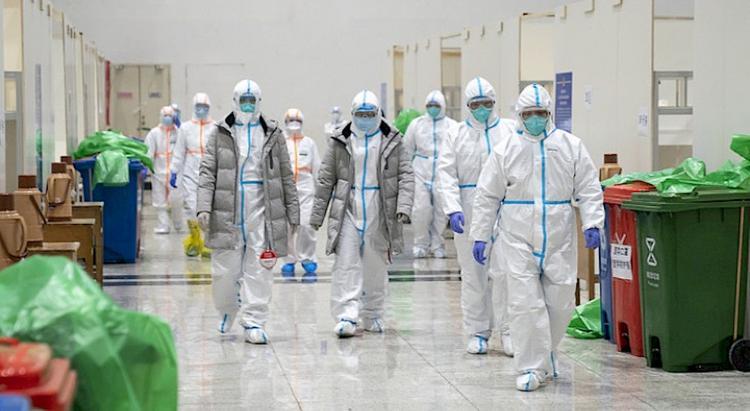 Главный инфекционист Латвии: COVID -19 ищет и находит те места, где люди проводят много времени вместе