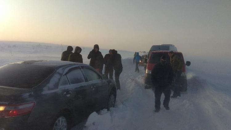 В Териберке сотни туристов оказались заблокированы снегопадами в палатках и машинах. Власть их не слышит