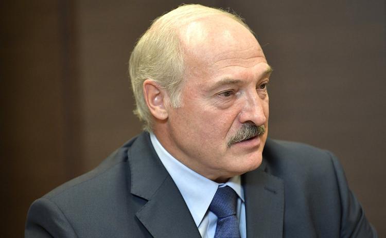 Лукашенко поручил белорусским врачам бороться за жизнь каждого человека с коронавирусом