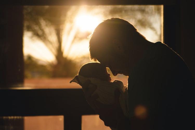 Пьяный молодой отец  забыл коляску с новорожденным сыном  на улице на целую ночь