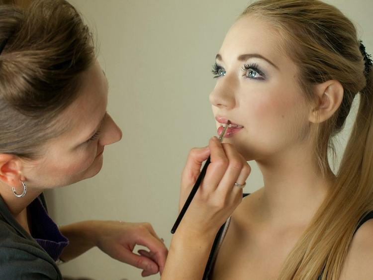 Визажист раскрыл секреты макияжа для видеочатов