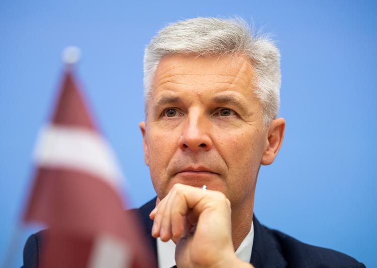 Министр обороны Латвии призвал народ жертвовать медикам