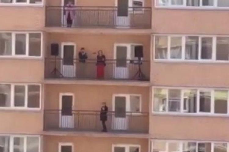 В Краснодаре оперная певица решила развлечь соседей пением с балкона
