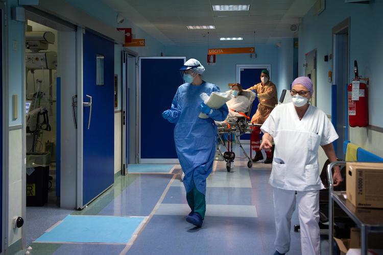 За сутки число жертв коронавируса в Италии увеличилось на 579 человек