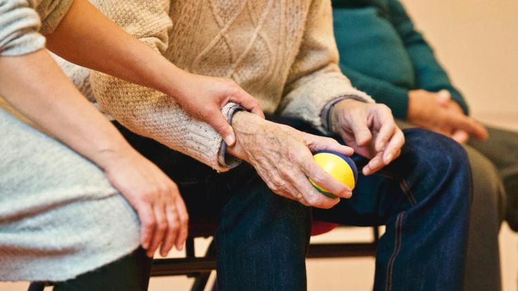 Минтруд рекомендовал закрыть на карантин дома престарелых и пансионаты для пожилых людей