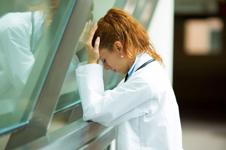 У российского COVID-19 странная побочная реакция: врачи падают из окон, а чиновники рапортуют об успехах в борьбе с коронавирусом