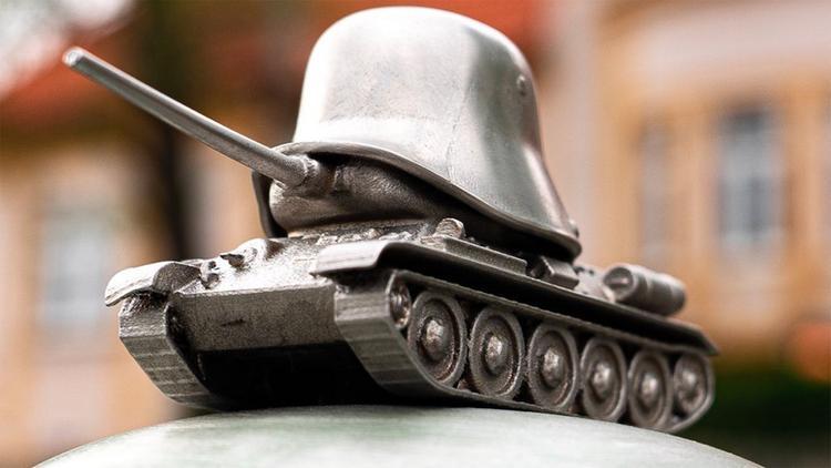 К Дню Победы в Праге установили танк Т-34 с фашистской каской