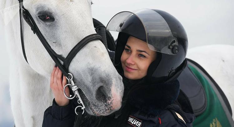 Увольнение сотрудников за соцсети, пытки подозреваемых и специальный конь Путина. Как живется в полиции - рассказала Собчак