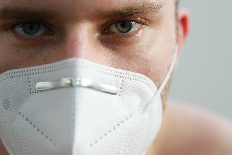 Врач объяснил, как не повредить кожу под перчатками и масками в жару