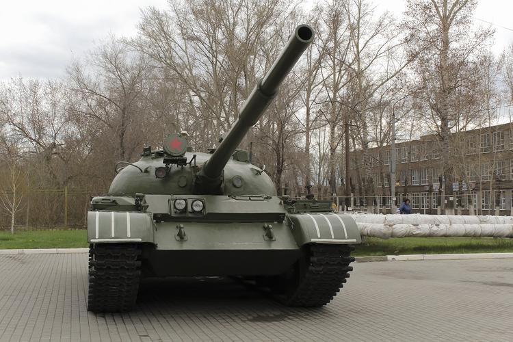 В Санкт-Петербурге во время перевозки танк упал на дорогу