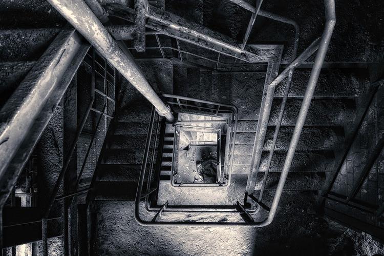 Власти назвали причину обрушения лестницы в жилом доме 1959 года в Энгельсе: строительный дефект
