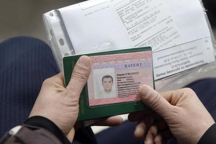 В России мигранты во время режима ограничений продолжают оплачивать трудовые патенты, несмотря на указ Путина