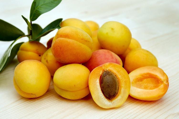 Диетолог рассказал, чем может быть опасно переедание абрикосами