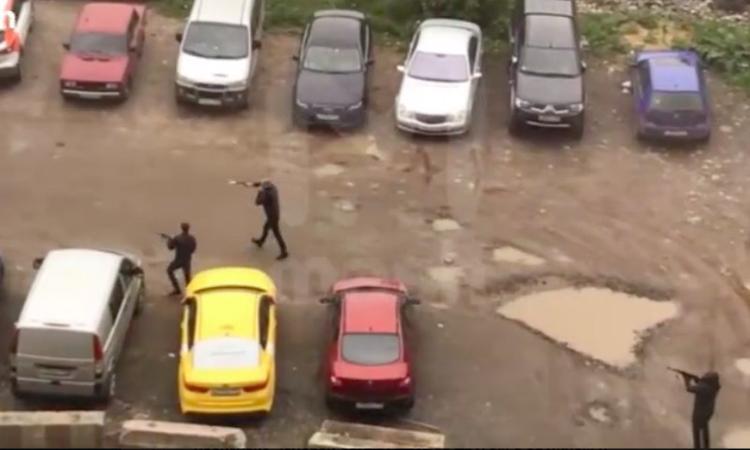 После стрельбы на юге Москвы полиция разыскивает пять автомобилей, одного раненого нашли на месте ЧП