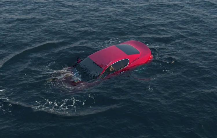 Влюбленные раскачали транспортное средство во время занятий любовью,  и машина  скатилась в море