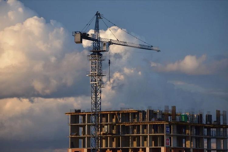 В Екатеринбурге рабочий сорвался с 14-го этажа строящегося здания