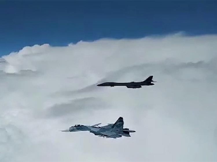Заслуженный пилот РФ объяснил значение перехвата бомбардировщиков США над Черным морем: «Ребята, мы вас видим»