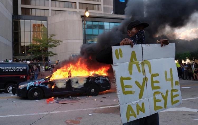 «Я не могу дышать»: в США вспыхнули массовые протесты из-за убийства афроамериканца, страна погрузилась в хаос