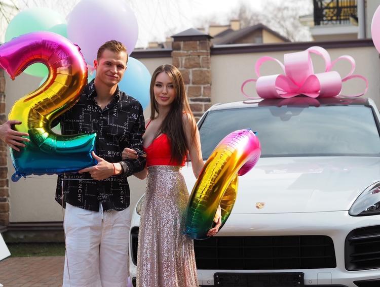 Жена Тарасова Костенко показала фото и видео своих маленьких дочек