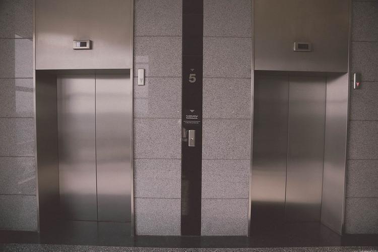 Лифт с людьми сорвался в ТЦ в Благовещенске