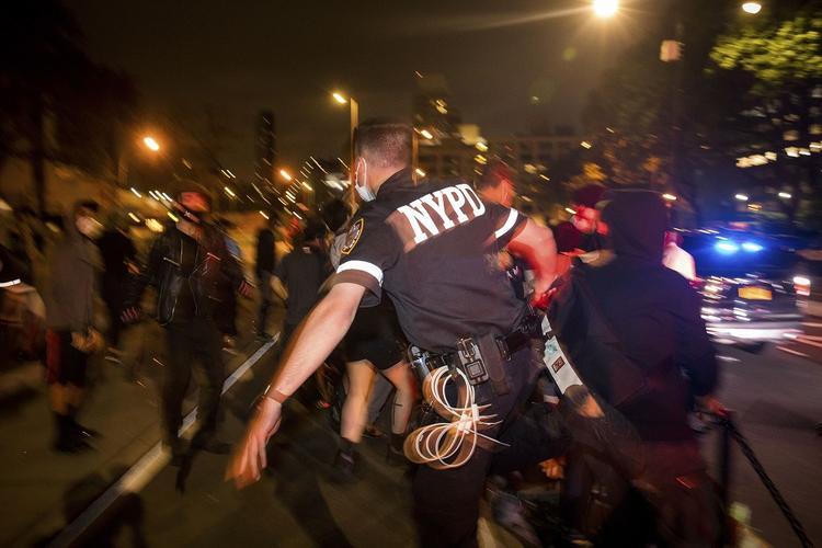 Появилось видео, как грузовик въехал в толпу демонстрантов в Миннеаполисе