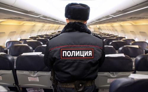 Пассажир рейса Калининград - Москва сорвал с полицейского погоны и разорвал свой паспорт
