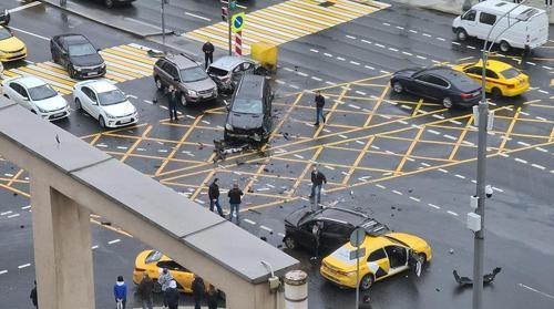 В ДТП с пятью машинами в центре Москвы пострадали три человека