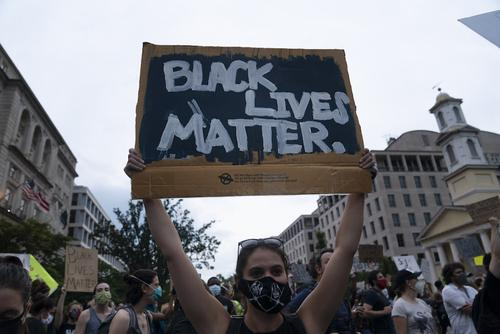 Часть ведущей к Белому дому улицы официально переименовали в поддержку темнокожих граждан США