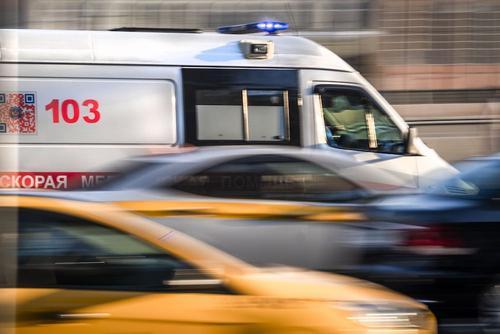 В Хабаровске автомобиль совершил наезд на остановку, погибли мужчина и его маленький сын