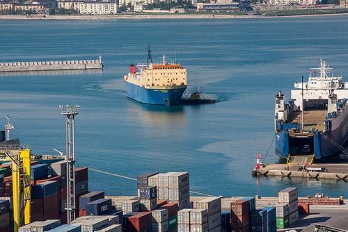 В порту Туапсе иностранные моряки почти полгода живут на брошенном судне