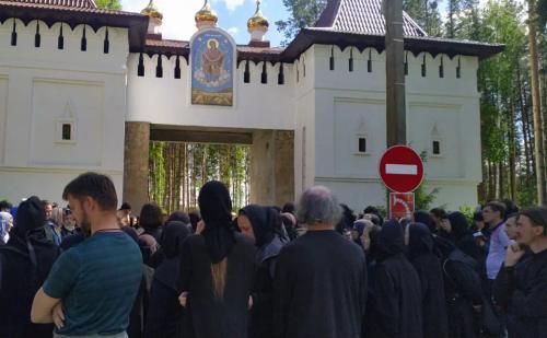 Церковные власти считают, что захватившие монастырь последователи схиигумена Сергия могут устроить самосожжение на глазах у детей
