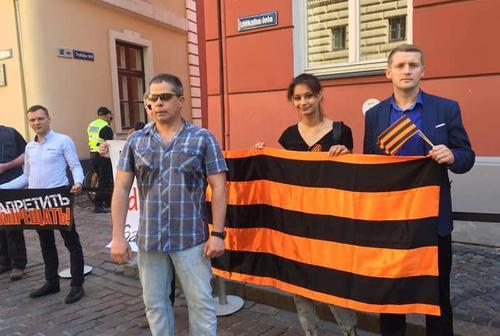 У Сейма Латвии прошел митинг в защиту георгиевской ленточки