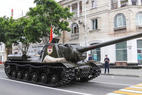 «Не смог повернуть», на параде в Севастополе головной танк Т-34 чуть не въехал в толпу зрителей